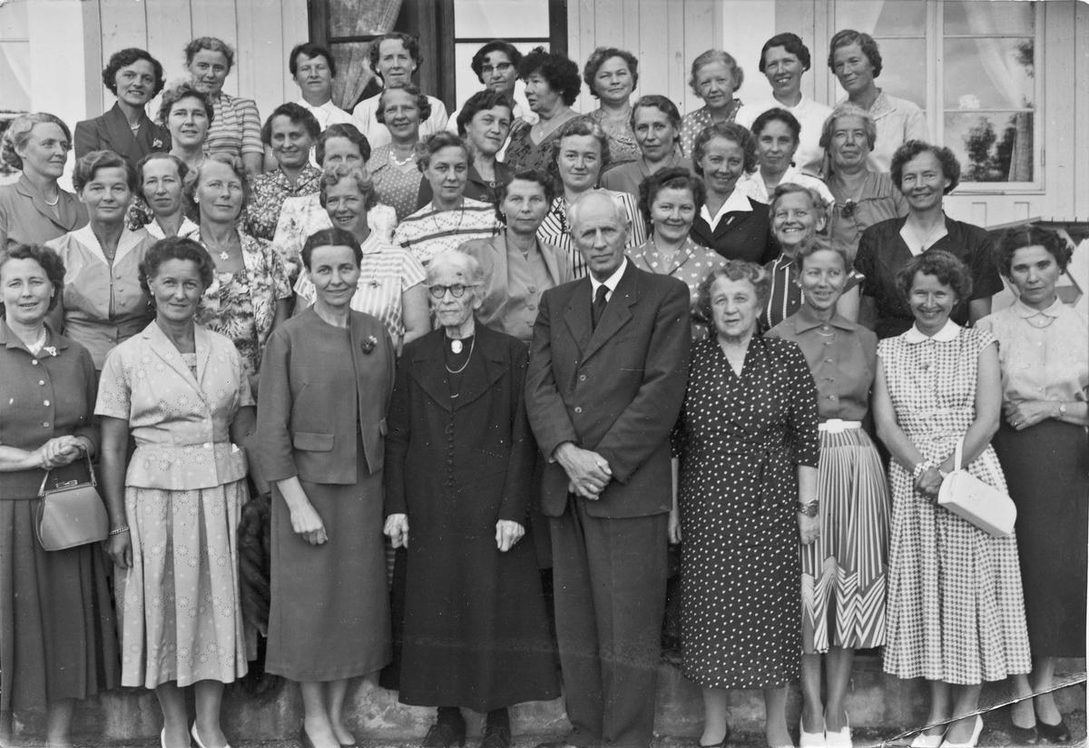 Stor gruppe kvinner og en mann – Otto Norheim. Han var lærer på Framhaldsskolen.