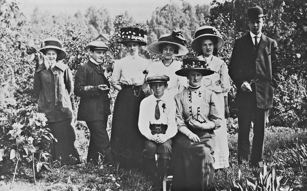 Familien Borgersen. Ca. 1900.  Bak fra v.: Karine (gift Nicolaysen), X, Petra, X, X, Jens. Foran fra v.: Jørgen, Tora (gift Myrer) – alle Borgersen.