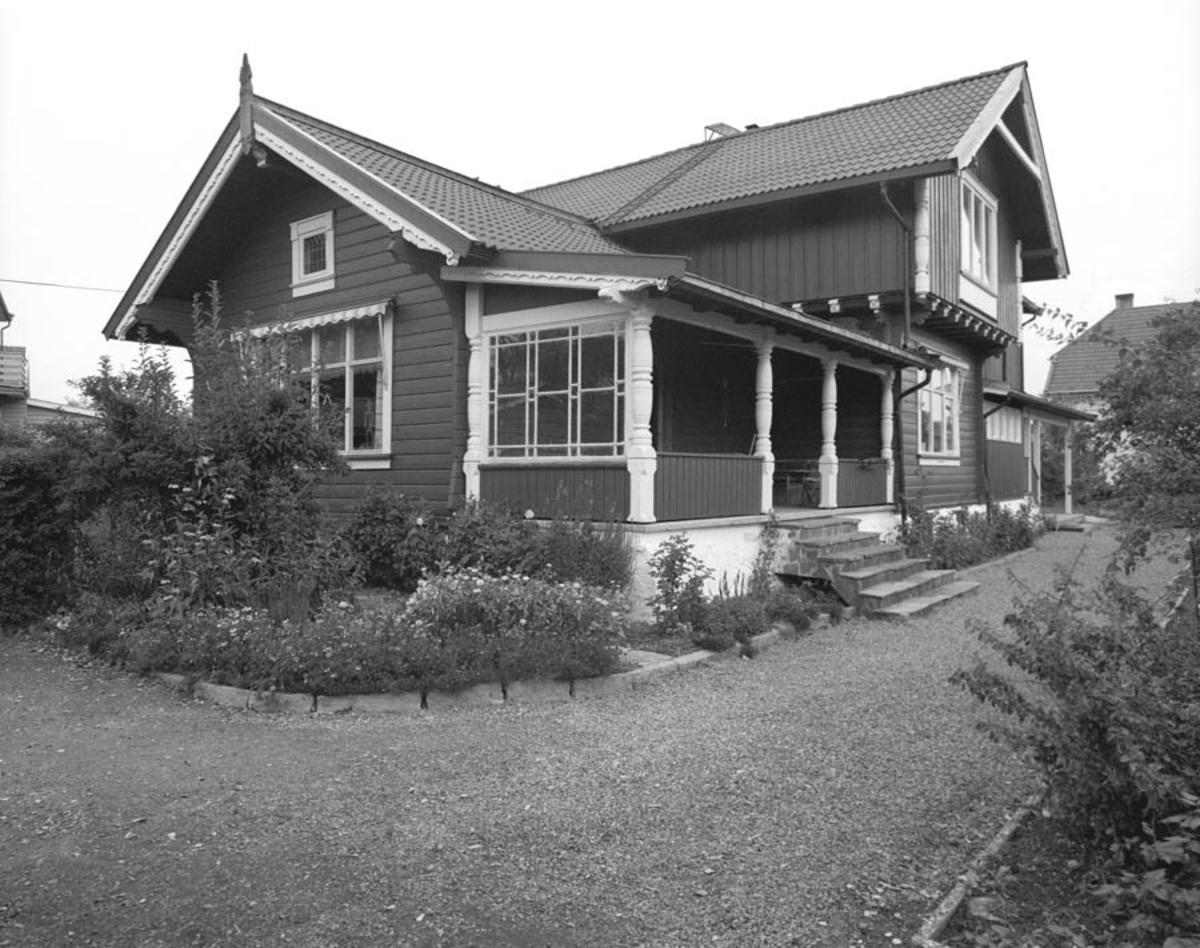 Bolighus i Slettaveien 2. Bygget som visningshus for Strømmen Trævarefabrik A/S og bebodd av fabrikkens direktør Christen A. Segelcke fra 1897.