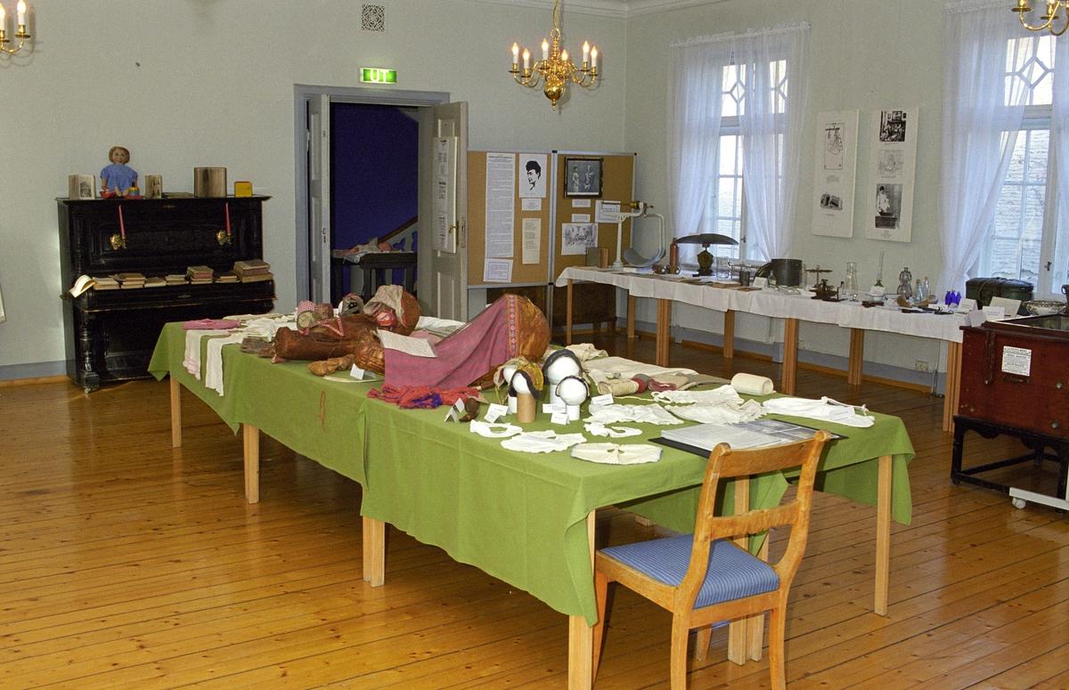 Utstilling. Katti Anker Møller. Bord med klær.