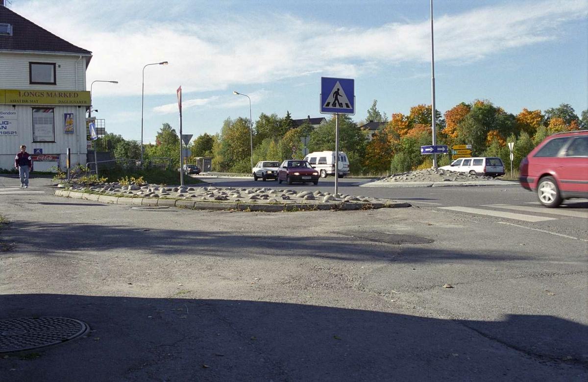 Sagdalen, kryss nederst i Strømsveien, mellom Sjetten og Lillestrøm. Rundkjøring, Bygning med asiatiske matvarer til venstre i bildet. Skilt for fotgjengerovergang midt i bildet.
