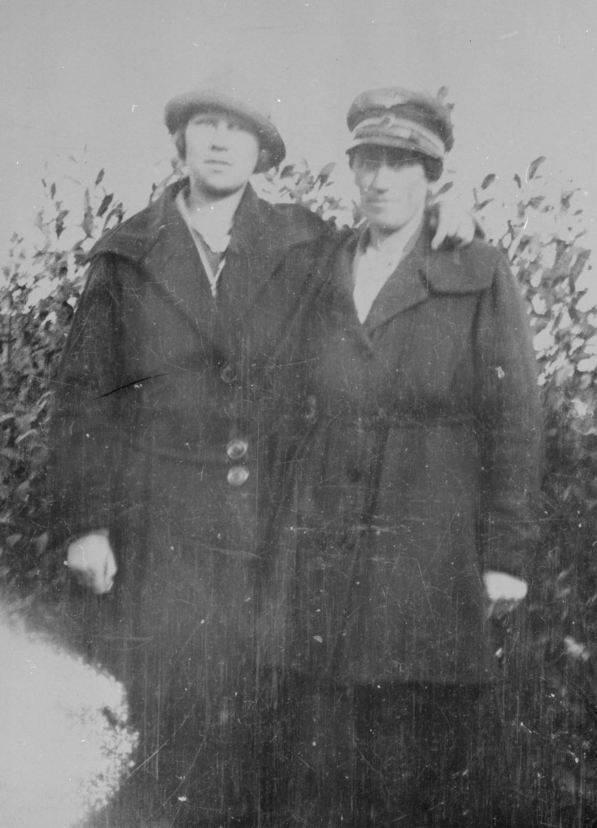 Stasjonsekspeditør Anne Sannerud og Gunvor Hågmoen.
