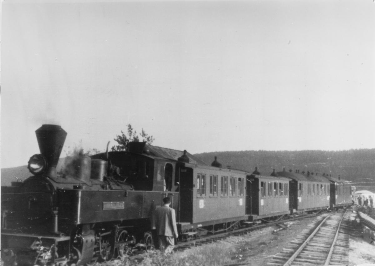 """Persontog på """"Turistensporet"""" på Skulerud stasjon."""