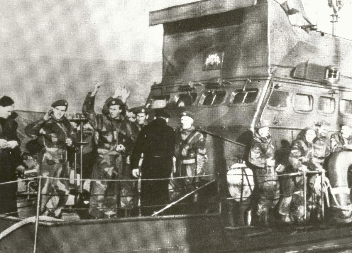 """Motiv: Ubåtjager/shetlandsbuss HITRA med """"Linge-karer"""" på dekk."""