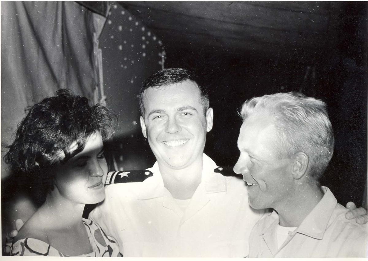 Enkeltbilde. C-kl jager, KNM Bergens tokt til Key West i 1962, amerikansk offiser med dame har blitt venn med en normann.