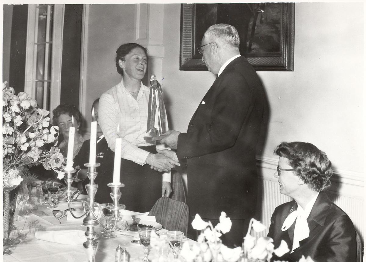 """Sjøsetting og dåp av Oslo-kl.fregatt KNM """"Bergen"""", 1965. Gudmor fru forsvarsminister I. Harlem tildeles en gave under festmiddagen etter sjøsettingen."""
