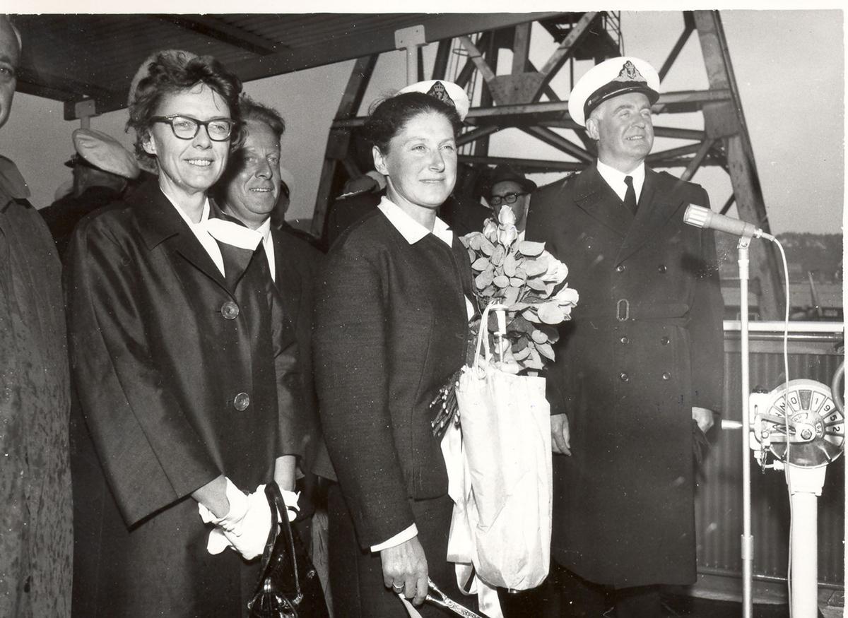 """Sjøsetting og dåp av Oslo-kl.fregatt KNM """"Bergen"""", 1965. Gudmor fru forsvarsminister I. Harlem klar med saks før skipet får navn."""