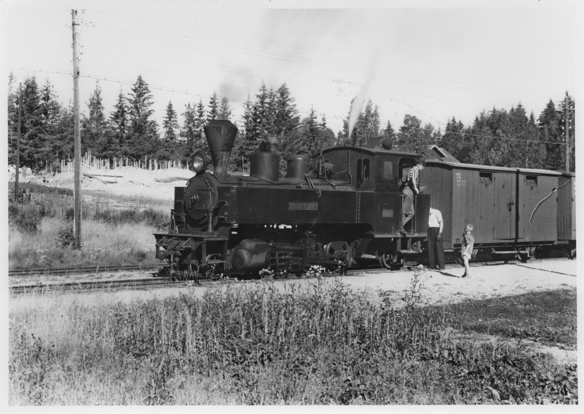 Lok 4 Setskogen i tog 2051til Skulerud avventer avgang fra Fosser stasjon.