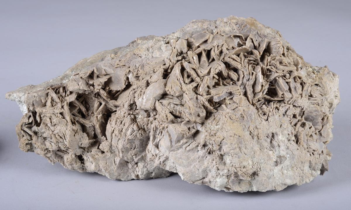 Kalsitt Ca[CO3] Karbonat Trigonale krystaller med pyrittovertrekk Fra Hovedgruben.