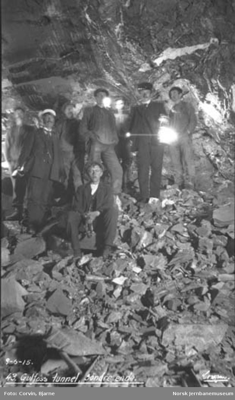 Arbeidere og ingeniører i søndre ende av Gulfoss tunnel