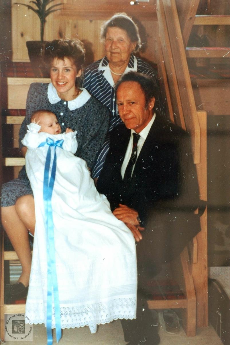 Fire generasjoner Flottorp fra Grindheim. Den yngste med gammel dåpskjole.