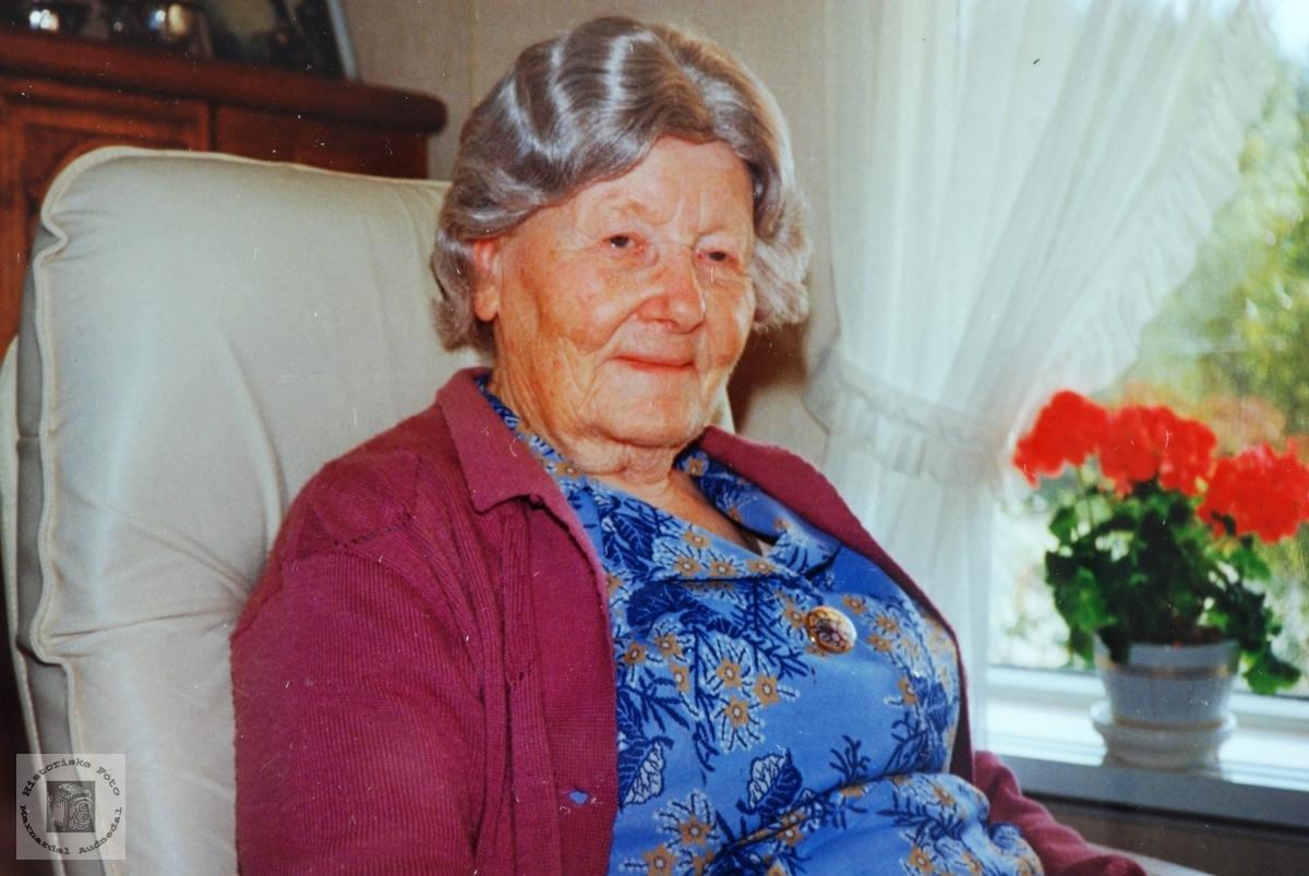 Portrett av Torborg Handeland. med røtter fra Åseral. Audnedal.