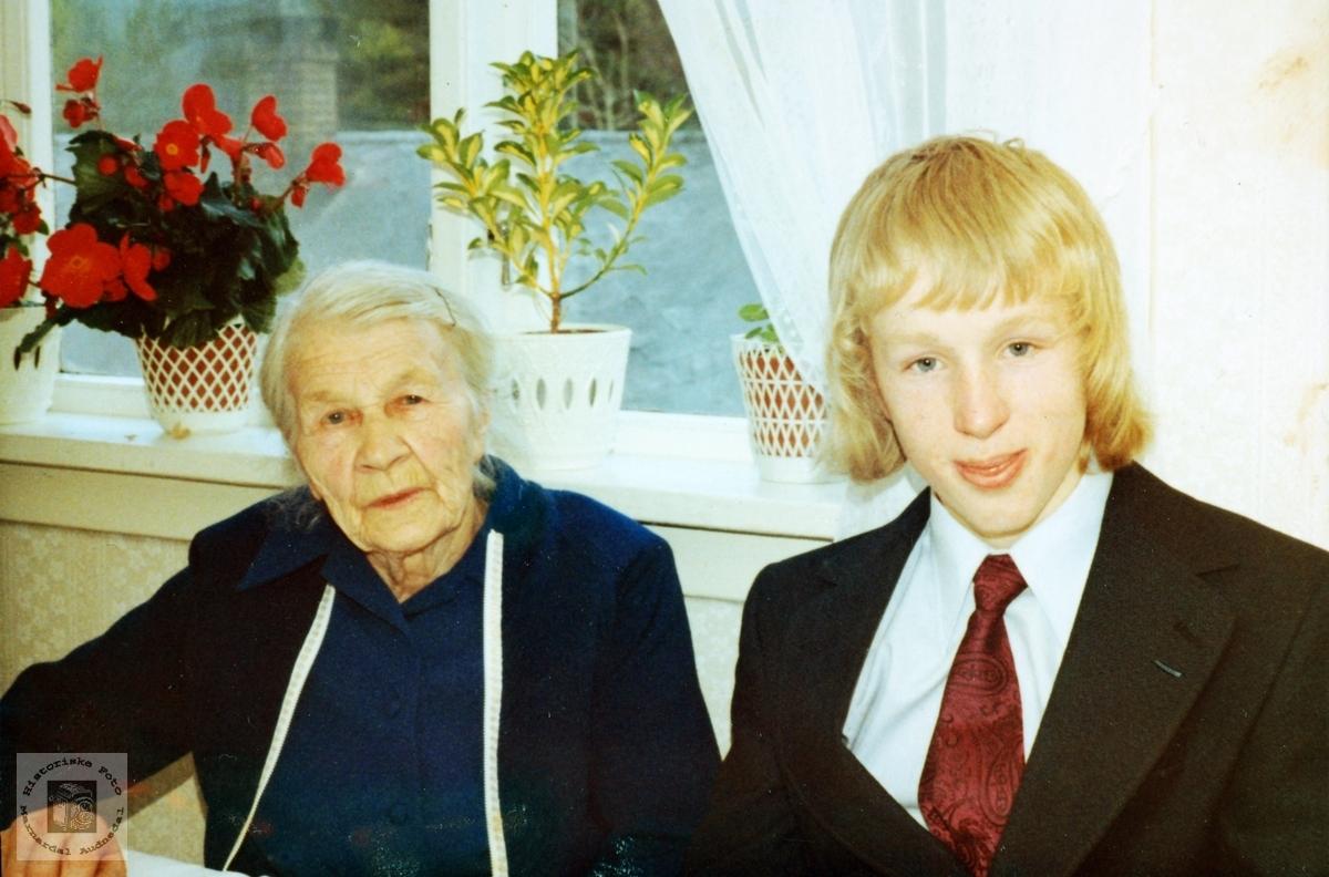 Bestemor Severine Øydna med barnebarnet Torbjørn Øydna. Audnedal.
