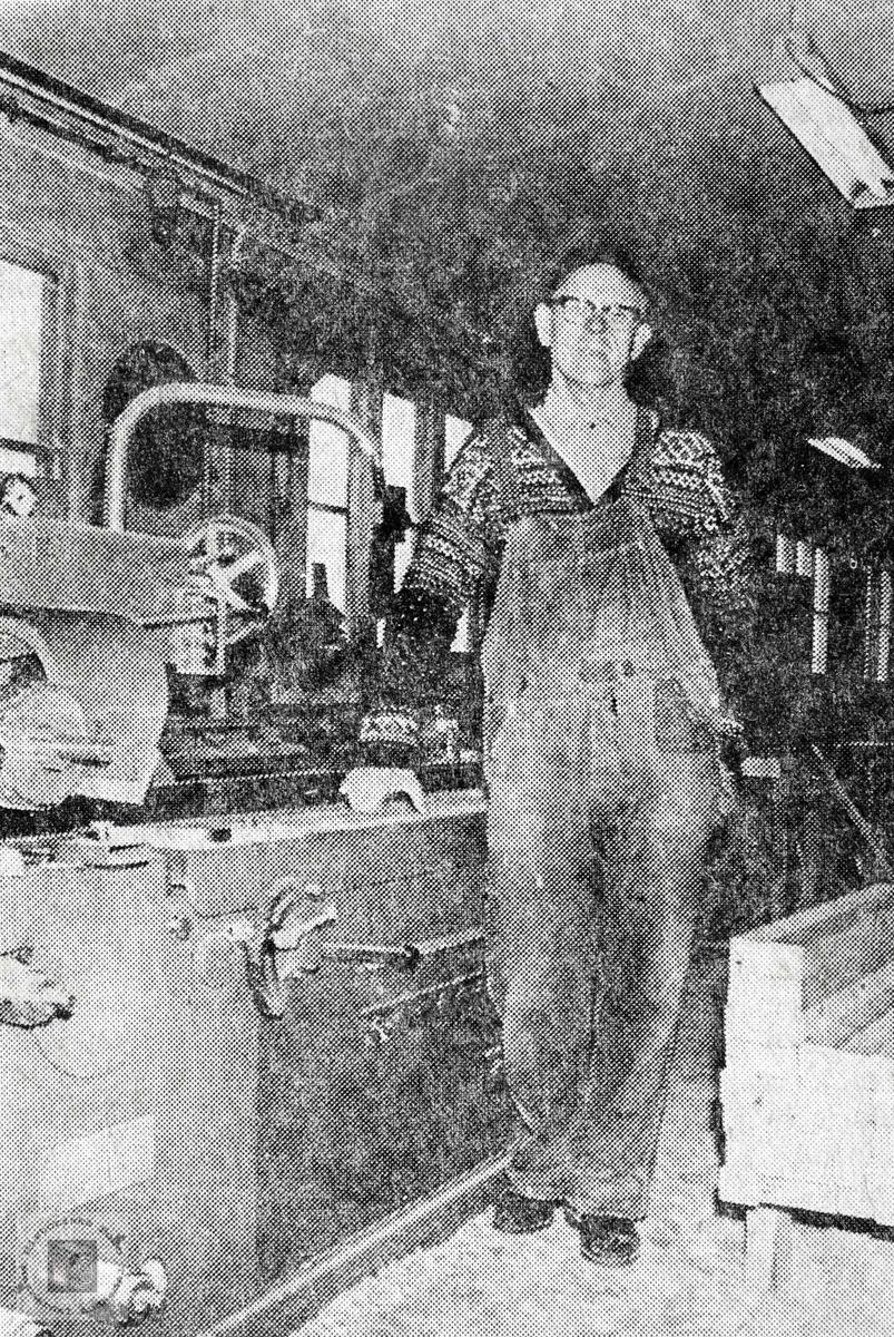 Bjøruf Tveit, på Lunden Snekkerverksted med en av maskinene. Sveindal Audnedal.