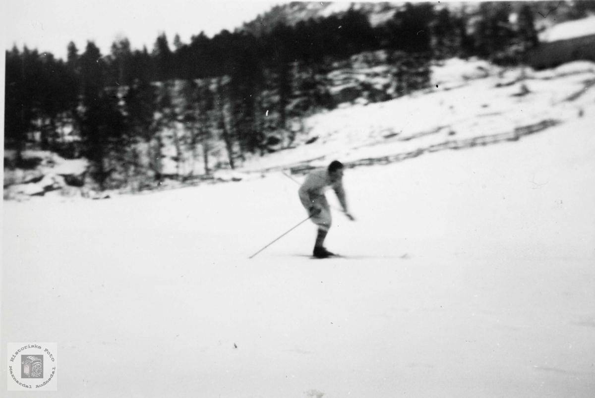 Johan Johansen er i full fart i skisporet. Grindheim Audnedal.