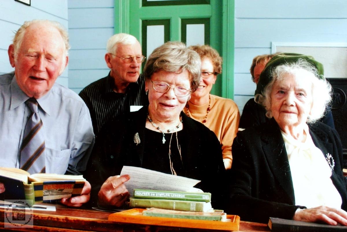 Gamle skoleelever sturerer gamle skolebøker. Grindheim.