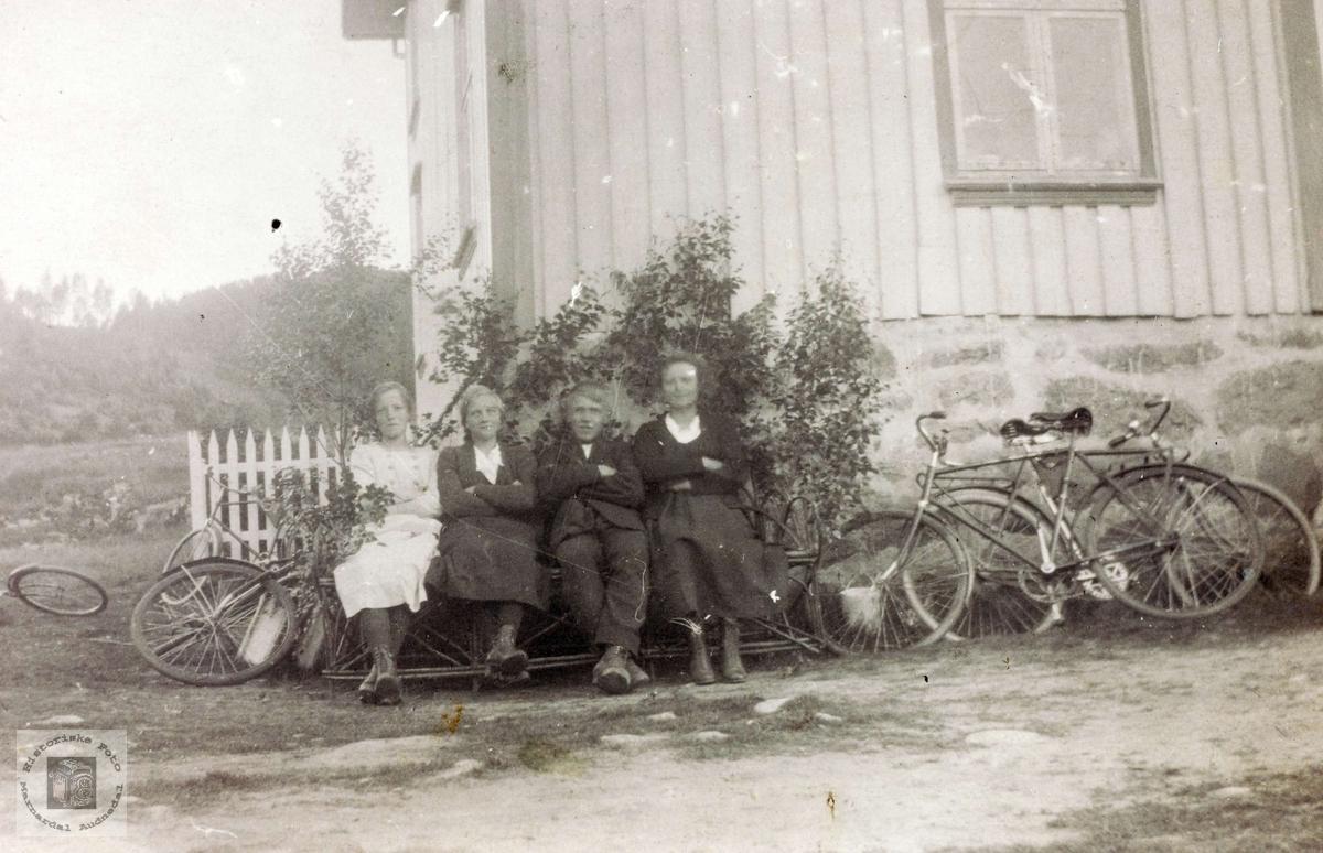 Bygdeungdom på sykkeltur. Grindheim.