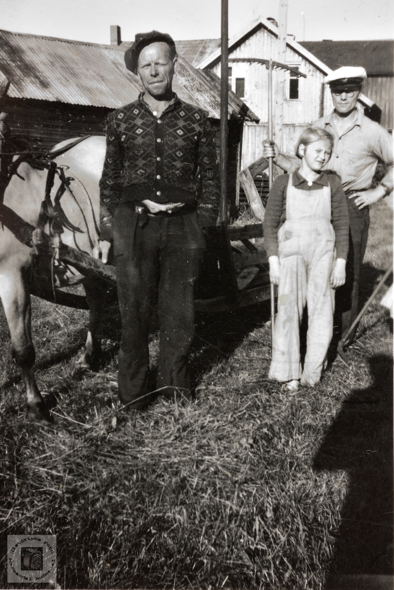 Hos onkel Kristian Flottorp og hesten hans. Grindheim.