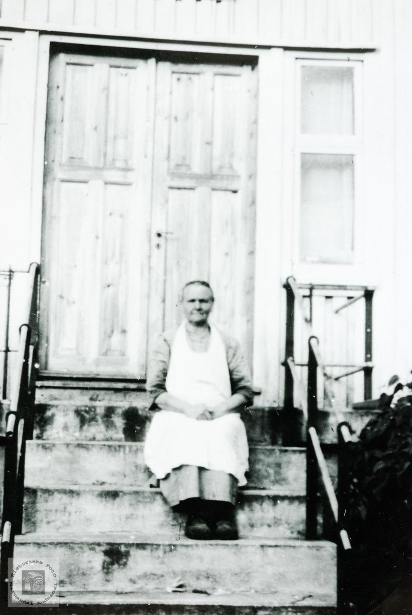 Portrett av Serine Refsnes på framtrappa. Grindheim.