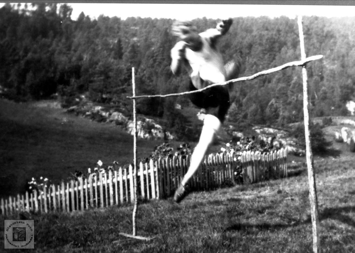 Høgdehoppar Torgeir Hjemlestad øver seg på Røynesdal, Bjelland.