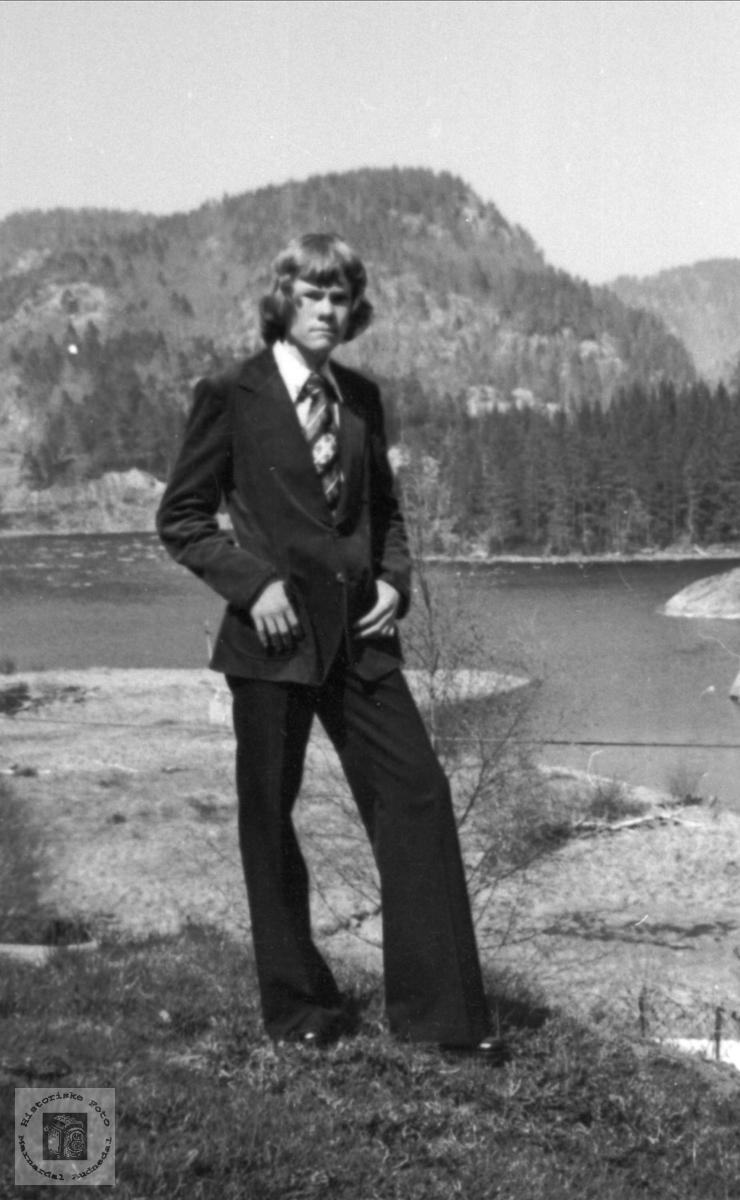 Konfirmant med gammel bakgrunn (Elva og Kilsberget), Tom Henry Ellefsen.