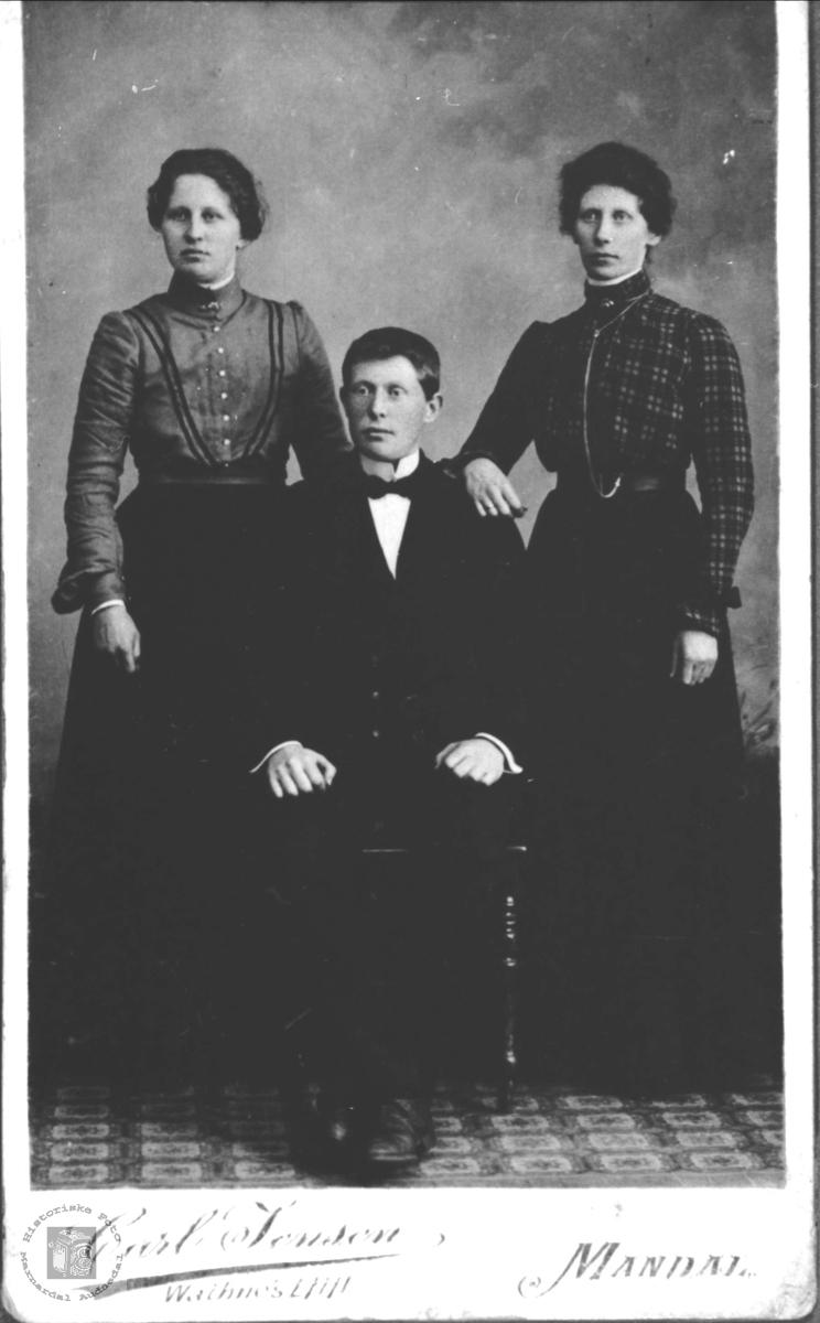 Søsknene Karen Oline, Peder Tobias og Berta Manneråk, Øyslebø.