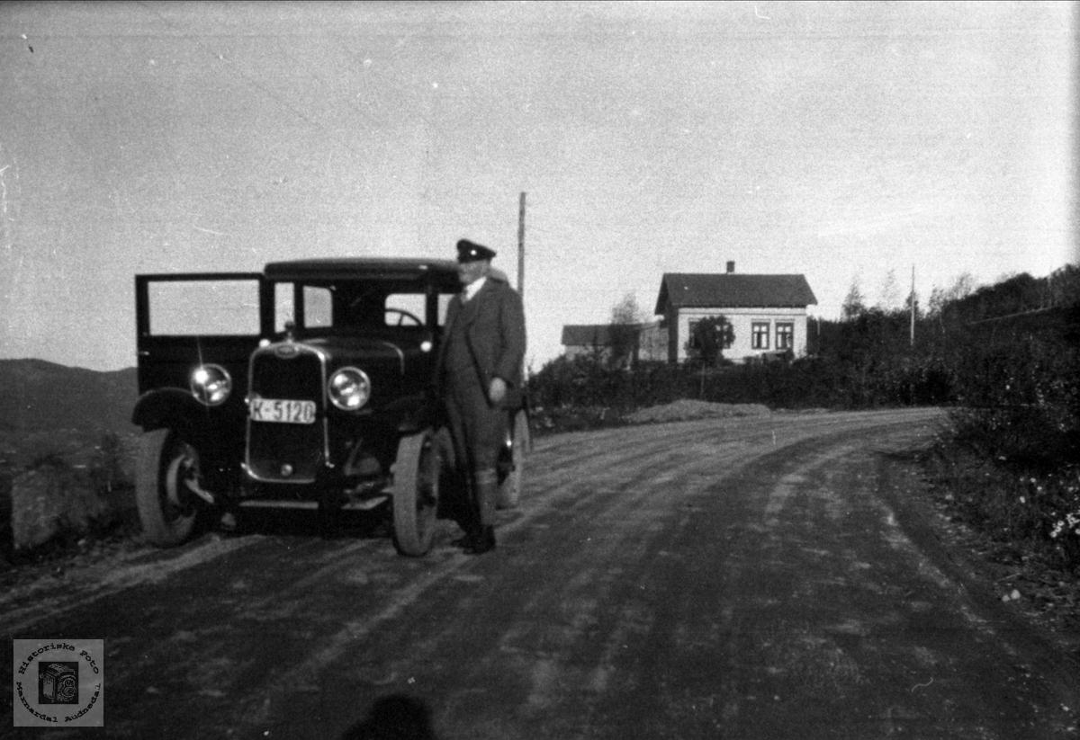 Lensmann Jørgen Lauvdal med bilen, Laudal.