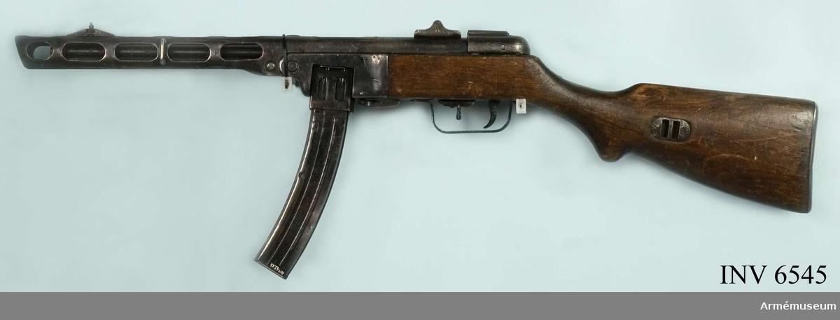 """Kulsprutepistol m/1941, PPSh-41, Ryssland. Kaliber 7.62 mm, tillverkningsnr 1605 (171). Tillverkningsår 1942. Märkt med """"Sovjetrepublikens"""" stjärna.  Samhörande AM 6545 kulsprutepistol PPSh-41, AM 6546 stångmagasin 35-skotts, framåtböjt."""