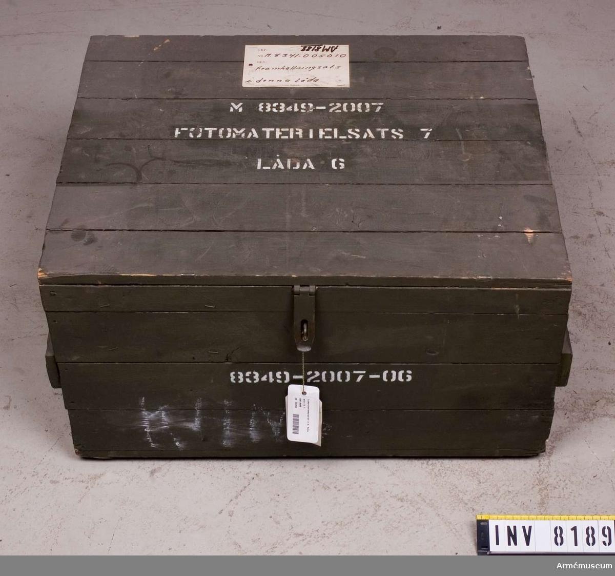 Samhörande nr är AM 8151 - 8199. Text på lock och kortsidor M 8349 2007-06. Lådan är till för att förvara kontaktpapper i. Den är tom.