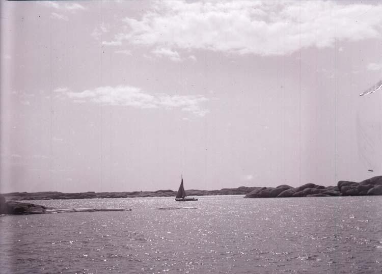 """Enligt text som medföljde bilden: """"Solsken vid Stångehufud (en båt) på middagen 27/4 1902, Lysekil."""""""