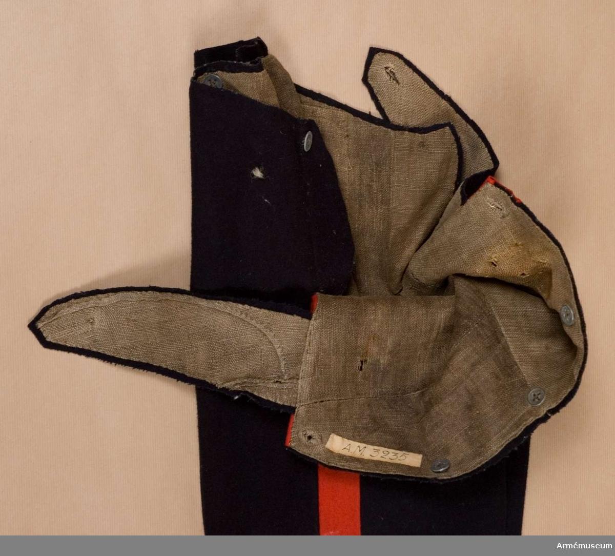 Grupp C I. Ur uniform för manskap vid K. Västgöta regemente 1822-1835.2. Byxor 1), fastställd enligt g.o. 12/12 1821 (infanteriet allmänt)1) Tillverkade av 2 st valltrapper för underoff. och manskapshäst. Tidigare 1878-96 här ett par linnebyxor från KAID 24/11 1878, vilka 1896 överfördes till övertaliga G.