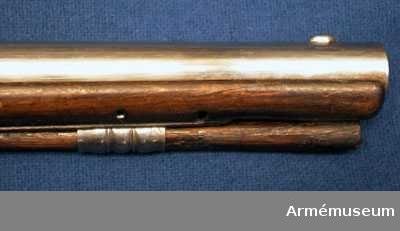 Grupp E III c. Kulvikt: 18,25 gram. Loppets rel. l:23 kaliber. Nominalkaliber: 16 mm. Kammarstycket är 7,85 cm långt. Längst bak är det åttkantigt, men framtill är det på en sträcka av 3,5 cm 16-kantigt. Framtill begränsas det av en insvarad och en upphöjd rand. Ett par liknande ränder, en av vardera slaget, går runt pipan 3,3 cm framför de förstnämnda ränderna. Det långa fältet är runt. Kornet är båtformat och av järn samt sitter 1,35 cm bakom mynningen. Det låga ståndsiktet sitter på pipans bakersta del, framför svansskruvsstjärten. Pipan fasthålles av två häften och en korsskruv. Den sistnämnda går nedifrån och dess huvud betäckes såväl av avtryckareblcket som av varbygelns främre fot. För att kunna ta ur korsskruven måste man först ta bort varbyeln, avtryckareblecket och avtryckaren, ty den sistnämnda fasthåller avtryckarebleckeblecket. På kammarstyckets undersida är inslaget ett K med en prick över, således I K, på vänstra sidan finns till större delen betäckt av piprännan, siffran 7 och högre upp nummret 56. Liksom beslagen har pipan varit hårt polerad på lumptrissa. Låset har varhake och kullrigt bleck, som baktill är utdraget i en spets. Hanhalsen är baktill svagt kullrig och det korta läppskruvshuvudet har skåra. Fängpannan har antydan till fals och kort pannstjärt. Eldstrålsfjäderns skruv går inifrån och i stället för pannskruv finns en nit. Eldstålsfjäderns bukt går framför hålet den främre låsskruven. Eldstålsfädern har baktill ett litet, pilspetsformat löv. På låsblecket är bokstäverna D R inslagna. Stocken är av björk och bestruken med tjock brun fernissa. Längs laddstocksrännans kanter är framstocken falsad och bakom laddstocksrännans slut förenas de bägge falsarna till en lång smal spets. Kring svansskruvsstjärten har stocken ett upphöjt parti, som baktill avslutas triangulärt. På kolvens vänstra sida vid kappan är numret 56 inslaget. Beslagen består av kappa, varbygel, avtryckarebleck samt rörka och är alla av järn. Kappan är nedtill avrundad men ga