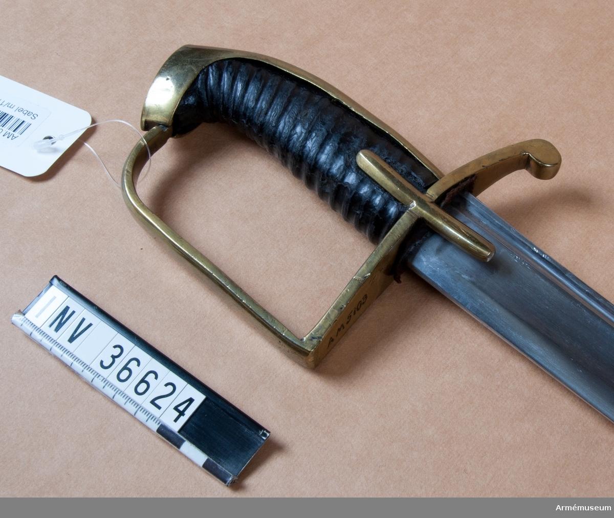 Grupp D II. Sabel m/1793, förändring från m/1759. Sabel är fullkomligt lik AM 36622, med undantag av att kaveln har 16 räfflor och i att P-stämpeln sitter på klingans innersida. På kavelns yttersida finns rester av en påklistrad papperslapp och av ett rött lacksigill. Klingbredd upptill: 36 mm.