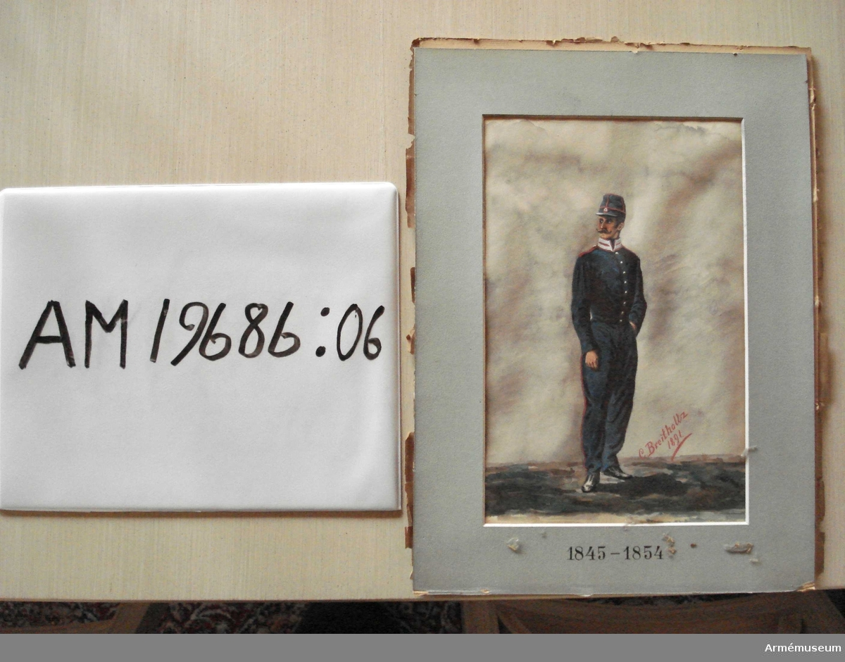Grupp M I.   Sedd framifrån huvudet åt venster, mustascher, halvpolissonger; venstra handen instucken i byxfickan.  Hög blå mössa med skärm och röda stolpar, röd kokard med en vit triangel; mörkblå byxor, något spetsiga nedåt med röda reverser; intet sidogevär.   Infattning: glas, grågrönt passepartout, varå nedtill finnes tryckt 1845-1854, därutanför en slät, platt förgylld träram med en pärlkant innerst.