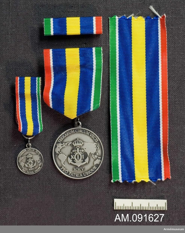 Etui innehållande medalj i silver, minimedalj samt släpspänne.   8:e storleken. 2005.  Märkt på framsidan med vapen och text.