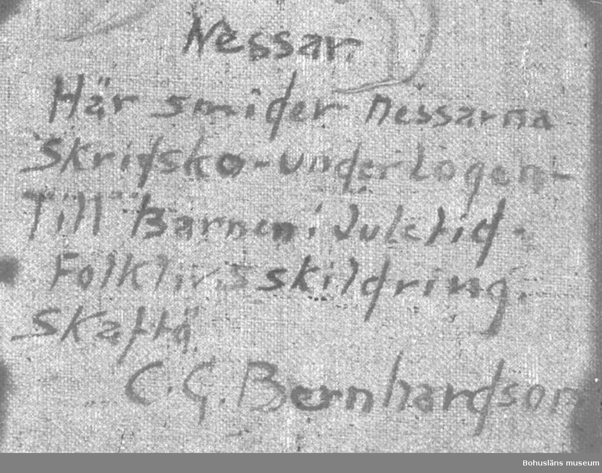 """Baksidestext:  """"Nessar. Här smider nessarna Skridsko - under Logen - Till Barnen i Juletid. Folklivsskildring. Skaftö C.G. Bernhardson.""""  Ordförklaring: Nessen = vätte, litet tomteliknande väsen.  Litteratur: Bernhardson, C.G.: Bohuslänsk sed och folktro, Uddevalla, 1982, s. 93.  Titel i boken: """"Nessane. Den nordbohuslänska logtypen medförde att man fick djupa lador. Man körde in grödorna uppför höga logbroar och in på logen, vilket i sin tur innebar att man fick fina utrymmen under logarna. Under dessa logar huserade oftast hästarna i små mörka kyffen. Hästarna, de små långhåriga """"lurvarna"""" med sina nattögon, hade nog inte alltför trevligt den tiden när prejjeltrösket pågick ovanför deras huvuden - ett förfärligt dunkande var det och tidigt i ottan begynte man detta nödvändiga hantverk. Andra huserare under logarna var givetvis nessane, där trivdes de och där arbetade de. Nessane såg även till att """"lorvanes"""" krubbor icke voro tomma. Bilden visar hur nessane vintertid smider allehanda. På bilden försiggår skridskosmide av hjärtans lust. Tidsbild 1930-tal."""" Ordförklaring: Prejjeltrösket = tröskning med handslaga;  redskapet kallas lokalt präjel, plejel, prägel.  Montering: Ram  Övrig historik; se CGB001."""