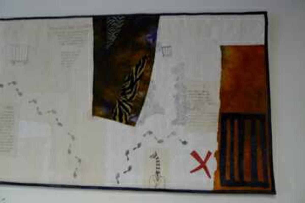 Tekstilarbeid. Søm, stoffuttrykk. Non-figurativ, tekstil, inneholder enkeltmotiver med tekst etter et dikt av Erik Frisch.  Lyse og mørke farger.