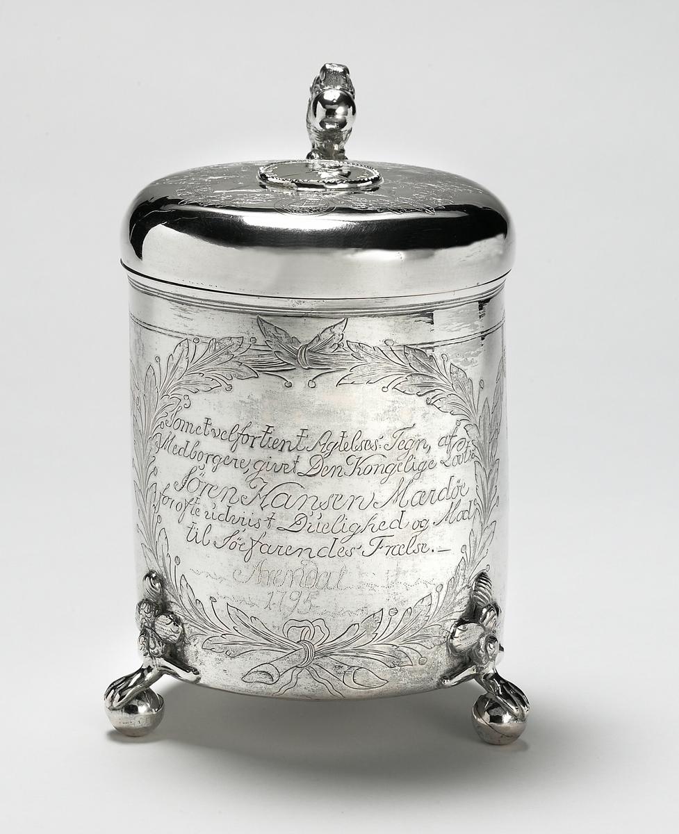 Løvemotiv på lokk, guirlandere., innsmidd mynt fra 1683 i lokket.