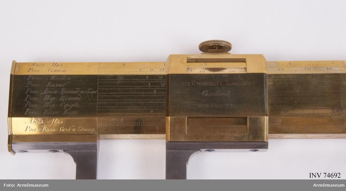 Grupp F.III(överstruken)V. I den ihåliga armen förvaras, i fodral av mahogny: Rysk artillerimåttstock, Passare. m.m. (10 delar). Tillverkarens namn Staden År.