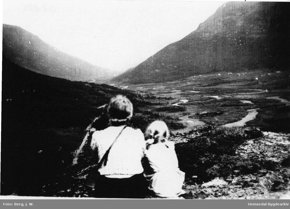 Fuglehaugen mot Mørekvam og Søteli. Frå venstre: Bydame og Ragnhild Haldis Hjelmen