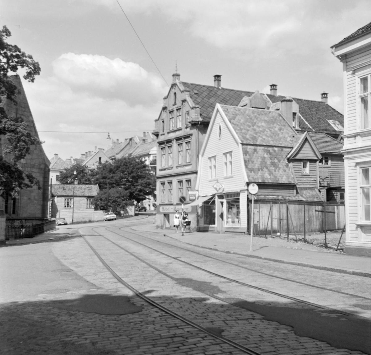 Nedlagte trikkespor i Bergen ved Øvregaten og sporveiens stopp ved Mariekirken. Herfra gikk i sin tid trikkelinje 5 til Sandvikskirken. Stoppestedet på bildet ble senere benyttet av linje 8 mellom Gyldenpris og Formannsvei.