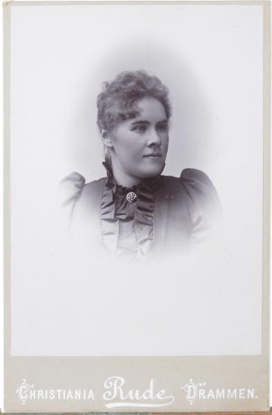 Kvinneportrett, brystbilde av ung kvinne i mørk kjole, Portrett av Cathrine Helene Swensen.