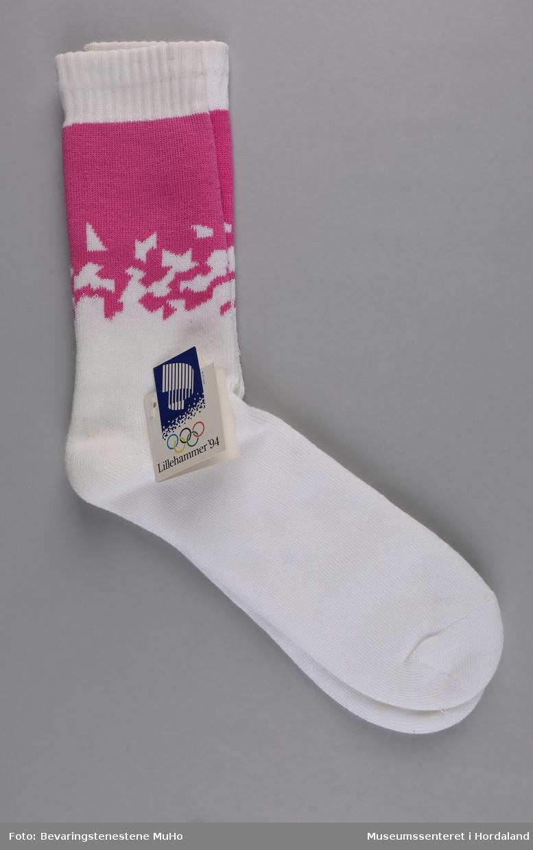 Eitt par kvite frottésokkar med rosa mønster. Sokkane vart produserte til Vinter-OL på Lillehammer i 1994.