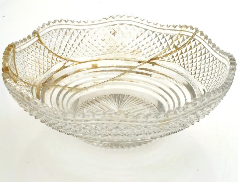 Oppsats av sølv med en bolle og fire skåler av glass. Bærende søyle plassert på en korsformet avrundet plate som hviler på fire føtter. En stor glassbolle er løst plassert i en ring øverst. Fire løse armer med hver sin glasskål på sidene. Gjenstanden har ingen stempler.