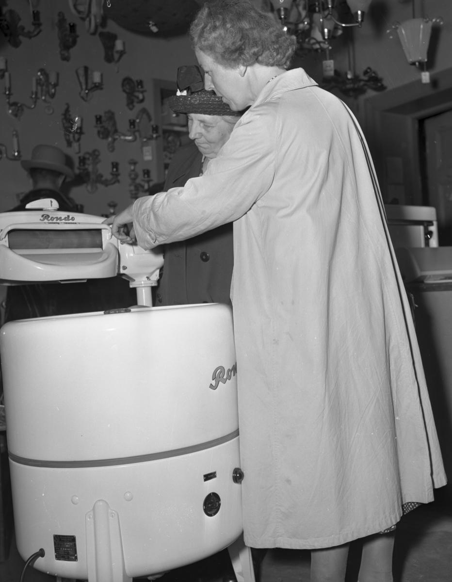 """Vardens arkiv. """"To damer ved vaskemaskin"""" 16.07.1953"""
