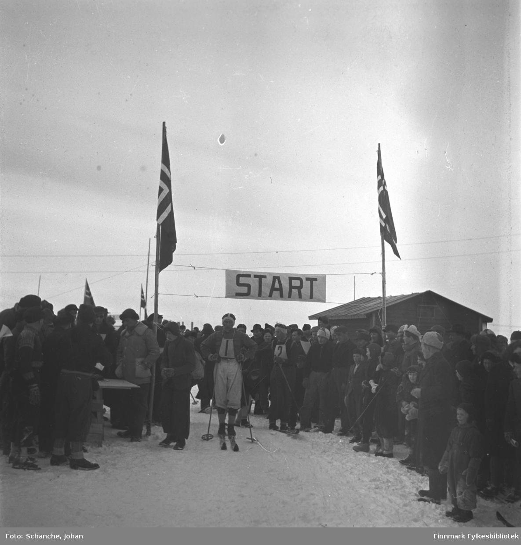 Fra kretsrennet på ski, 1946 i Vadsø. Kretsrennets åpning 21. mars med 30 km.langrenn. Vi ser Arne Mikkelsen på start- streken.