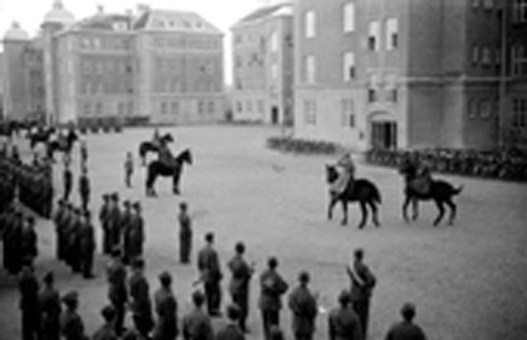 Regementstabskompaniet uppställda. Kapten Knut Arp till häst framför tredje kompaniet vid I3, Örebro.