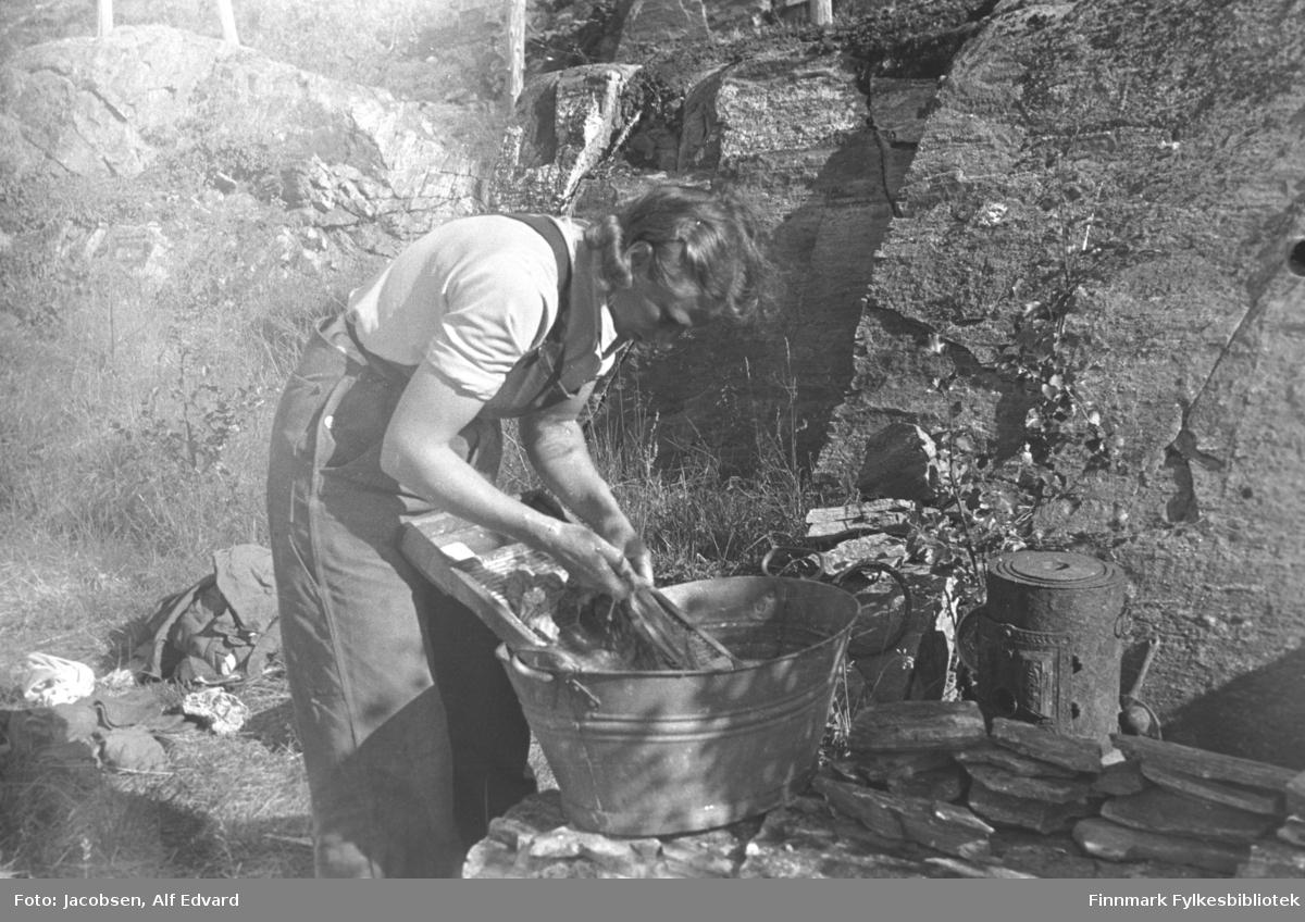 Åse Jacobsen med klesvasken. Sannsynligvis er bildet tatt om sommeren i 1946 i Rypefjord