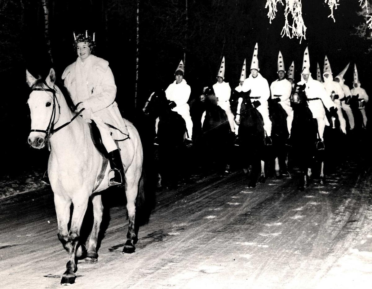 Jämtlands fältjägarregementes I 5 Lucia eskorterad av anspannspluton.  I 5 hade en centrerad anspannsutbildning för befälselever från de regementen som hade anspannsförband i krigsorganisationen, huvudsakligen norrlandsregementen.