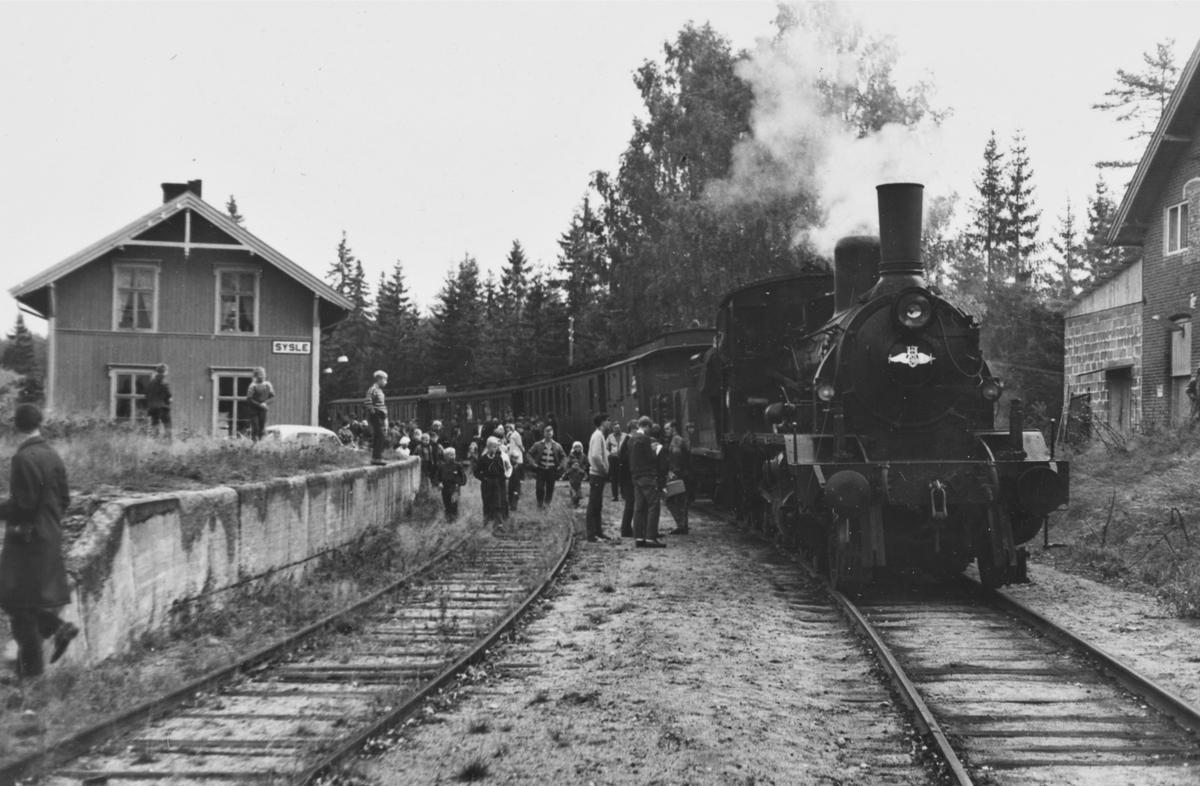 A/L Hølandsbanens veterantog til Krøderen har ankommet Sysle stasjon. Toget trekkes av damplokomotiv 18c 245.